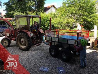 Przyczepa ATV Profi Robotnik z podwyższonymi ścianami bocznymi i mini ciągnikiem