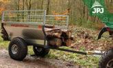 transport dłuższych kawałków drewna na przyczepie Rolnik